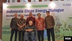 Para narasumber dalam acara 'Indonesia Clean Energy Outlook: Reviewing 2018, Outlook 2018' di Jakarta, Rabu (19/12). (Foto: VOA/Ghita).