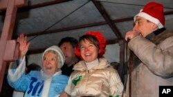 Russian human rights activist Lyudmila Alexeyeva, dressed as Snegurochka, Russian Snow Maiden, left, environmental activist Yevgenia Chirikova, center, and prominent rights activist Lev Ponomaryov speak. (File)