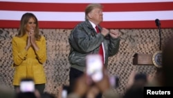 Presiden AS Donald Trump, dan ibu negara Melania Trump, berbicara di depan pasukan AS pangkalan udara Al Asad di Irak, Rabu (26/12).
