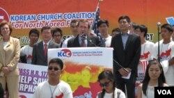 지난 7월 미 의회 서편 잔디밭에서 열린 북한 인권관련 집회에서 에드 로이스 미 하원 외교위원장이 연설하고 있다. (자료사진)