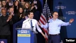 Піт Буттиджеч з чоловіком Частеном Буттиджечем у квітні 2019-го року на мітингу-оголошенні початку президентської кампанії