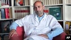 داکتر لارنت لانتیری، جراح پلاستیک و انجام دهندۀ دومین جراحی در نزد هامون - عکس ۲۰۱۰