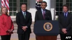 (слева-направо) Хиллари Клинтон, Джим Ен Ким, Барак Обама, Тимоти Гейтнер