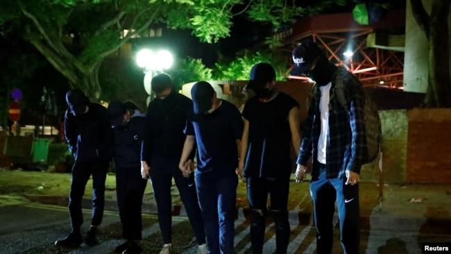 反政府示威者在离开香港理工大学(PolyU)校园 (路透社,2019年11月21日资料照)