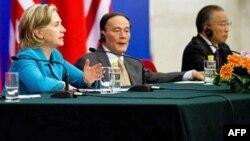 克林顿在一个签字仪式上讲话,王歧山(中)、戴秉国(右)在场
