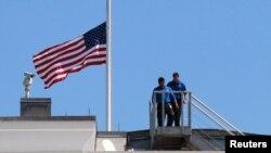 Tòa Bạch Ốc treo cờ rủ tưởng niệm 4 nhà ngoại giao Mỹ bị sát hại ở Libya, ngày 12/9/2012
