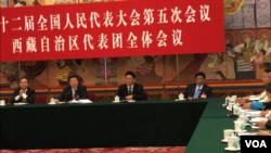參加人大的西藏代表團公開會議上,西藏自治區黨委書記吳英杰回答美國之音記者提問稱,西藏對外媒歡迎並且開放,條件是外媒公正、客觀和真實報道西藏人民的幸福生活。