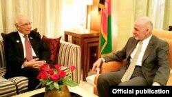 د افغان صدر اشرف غني او د سرتاج عزیز د لیده کاته یو تصویر