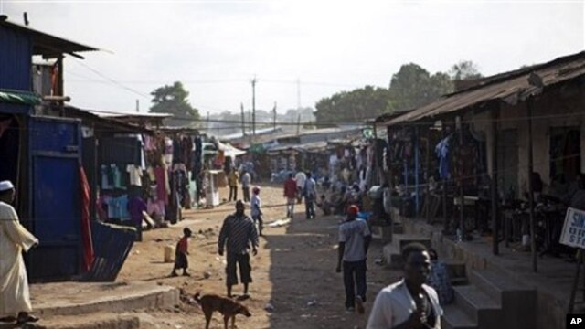 Shoppers and merchants in the Konyo Konyo market, one of Juba's most congested areas with shops and makeshift homes in Juba, southern Sudan (File Photo - 18 Aug 2010)