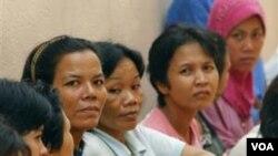 Para PRT Indonesia meminta perlindungan di KBRI Kuala Lumpur, Malaysia. Selama ini PRT tidak mempunyai hak-hak yang sama dengan pekerja lainnya.