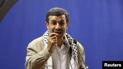 Những người chỉ trích Tổng thống Ahmadinejad tại quốc hội đã thu thập đủ chữ ký để yêu cầu ông xuất hiện trước quốc hội trả lời những câu hỏi về việc tiền bị mất giá