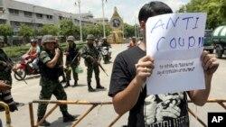 Seorang pelajar berdiri di depan sekelompok tentara dalam sebuah protes di dekat Monumen Demokrasi Bangkok, Thailand 23/5/2014.