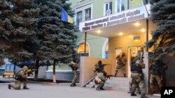 Qurollangan rossiyaparast faollar sharqdagi Kramatorsk shahrida ichki ishlar boshqarmasini egallamoqda, 12-aprel, 2014-yil