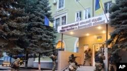 လက္နက္ကိုင္ ရုရွားလိုလားသူေတြ ယူကရိန္းအေရွ႕ပိုင္း Kramatorsk ၿမိဳ႕က ရဲစခန္းကို ဝင္ေရာက္စီးနင္းစဥ္။ (ဧၿပီလ ၁၂၊ ၂၀၁၄)