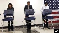 El presidente Barack Obama votó de forma anticipada este jueves en Chicago.