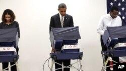 Presiden Barack Obama memberikan suara pilpres lebih awal dengan memilih di TPS kota Chicago, Illinois hari Kamis (25/10).