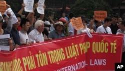 Biểu tình tại Việt Nam chống Trung Quốc đặt giàn khoan dầu trước Ðại sứ quán Trung Quốc ở Hà Nội, ngày 11/5/2014.