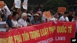 Biểu tình phản đối giàn khoan dầu của Trung Quốc bên ngoài Đại sứ quán Trung Quốc ở Hà Nội, ngày 11/5/2014.