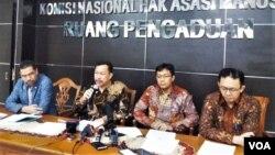 Ketua Komisi Nasional Hak Asasi Manusia (Komnas HAM) Ahmad Taufan Damanik (kedua dari kiri) dalam jumpa pers di kantornya, Rabu (5/12). (Foto: VOA/Fathiyah)