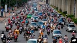 Người dân trên đường phố Hà Nội.