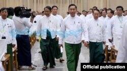 Thura U Shwe Mann (tengah), ketua partai USDP dilaporkan telah dipecat dari jabatannya (foto: dok).