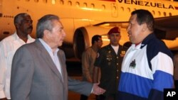 Los presidentes Raúl Castro, de Cuba, y Hugo Chávez, de Venezuela, conversan a la llegada de este último a La Habana, a principios de abril.
