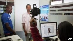 Seorang Haiti diambil fotonya saat mendaftar sebagai penduduk sah di Santo Domingo, Domika, Selasa (16/6).