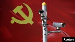 以黨旗為背景的監測攝像頭。 (資料照)