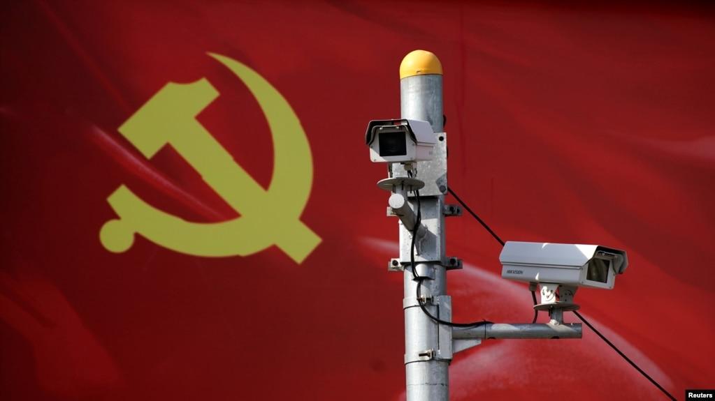 在上海,以中共党旗为背景的监测摄像头(资料照)