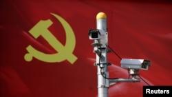 以黨旗為背景的監測攝像頭(資料照)