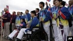 영국 런던에서 열리는 장애인 올림픽에 처음으로 참가한 북한 선수단. 휠체어에 앉은 림주성이 유일한 선수로 수영에 출전한다.
