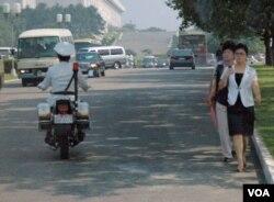 朝鲜平壤人们的日常生活(2013年7月26日)(美国之音赫尔曼拍摄)