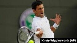 Novak Đoković u duelu sa Karenom Hačanovom u 4. kolu Vimbldona, 9. jul 2018. (Foto: AP/Kirsty Wigglesworth)