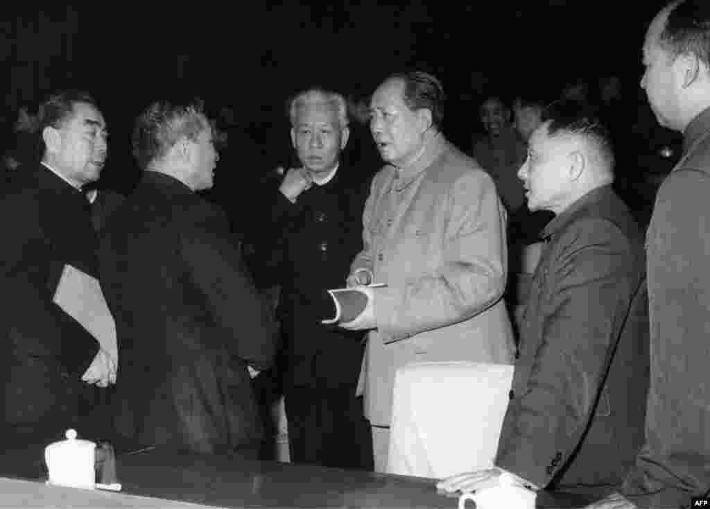 1962年中共中央在北京开会期间的几位领导人。左起:周恩来(1898-1975),中华人民共和国总理,从1949年成立直至周去世一直是总理;中国国家计划委员会主任陈云;中国国家主席刘少奇(1898-1969);中共中央主席毛泽东(1893-1976);中共中央总书记邓小平;北京市长彭真 。美国之音驻北京记者在参观改革开放40周年展览中注意到,展览也没有提到改革开放初期负责法制的人大委员长彭真,有的工作人员甚至不知道彭真何许人也。