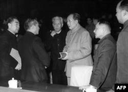历史照片:中共中央在北京开会期间的几位领导人。左起:中国总理周恩来、国家计划委员会主任陈云、国家主席刘少奇、中共中央主席毛泽东、中共中央总书记邓小平、北京市长彭真 。(1962年)