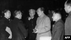 1962年中共中央在北京开会期间的几位领导人。左起:周恩来(1898-1975),中华人民共和国总理,从1949年成立直至周去世一直是总理;中国国家计划委员会主任陈云;中国国家主席刘少奇(1898-1969);中共中央主席毛泽东(1893-1976),中国共产党革命的理论家;中共中央总书记邓小平;北京市长彭真 。