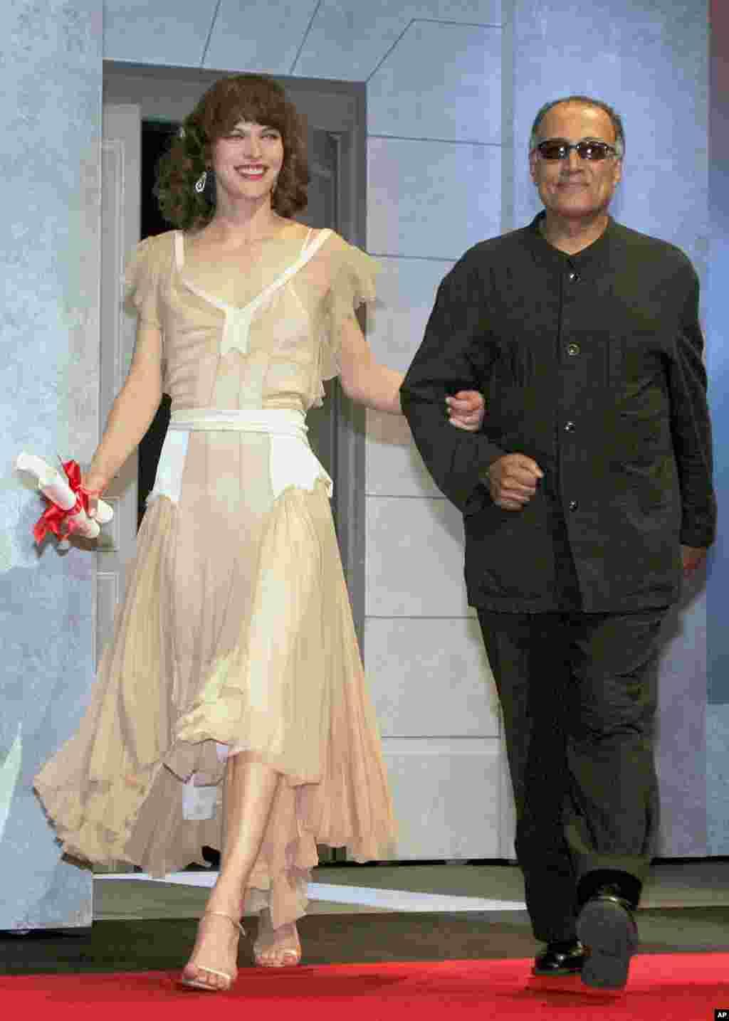 کیارستمی در کنار میلا جوویچ بازیگر آمریکایی، جشنواره کن سال ۲۰۰۵.