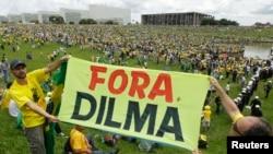 Cidadãos seguram placas de slogans contra o governo de Dilma Rousseff