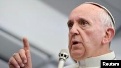 29일 프란치스코 교황은 로마로 돌아가는 비행기 안에서 가진 기자회견에서 동성애에 대한 입장을 밝히고 있다.