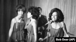 As Supremes em Outubro de 1964 - da esquerda para a direita: Florence Ballard, Mary Wilson e Diana Ross, cantam em Londres.