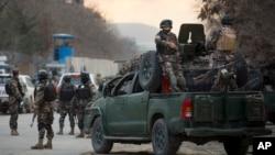 阿富汗軍人乘坐裝甲車抵達發生連串爆炸事件現場調查。