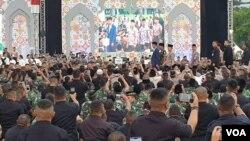 Presiden Joko Widodo saat menghadiri acara buka puasa bersama TNI dan Polri di lapangan Monas, Jakarta, Kamis (16/5/2019). (Foto: VOA/Sasmito)