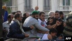 در جریان برخوردها میان موافقان و مخالفان محمد مرسی، یک نوجوان در اسکندریه مورد ضرب و شتم قرار گرفت.
