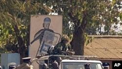 Polisi wa kupambana na ghasia wakifanya doria mjini Lilongwe, Malawi