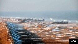 2013年3月25日,朝鮮人民軍士兵在朝鮮東海岸參加登陸和反登陸演習。參加演習的 包括324大聯合部隊、287大聯合部隊與海軍597聯合部隊。