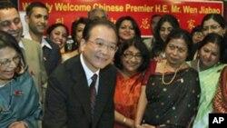 """中國總理溫家寶在新德里訪問時寫下""""中印友好"""""""