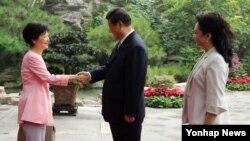 중국을 국빈 방문 중인 박근혜 한국 대통령(왼쪽)이 28일 시진핑 국가주석과 부인 펑리위안 여사와 함께 베이징 댜오위타이에서 오찬을 한 뒤 인사하고 있다.
