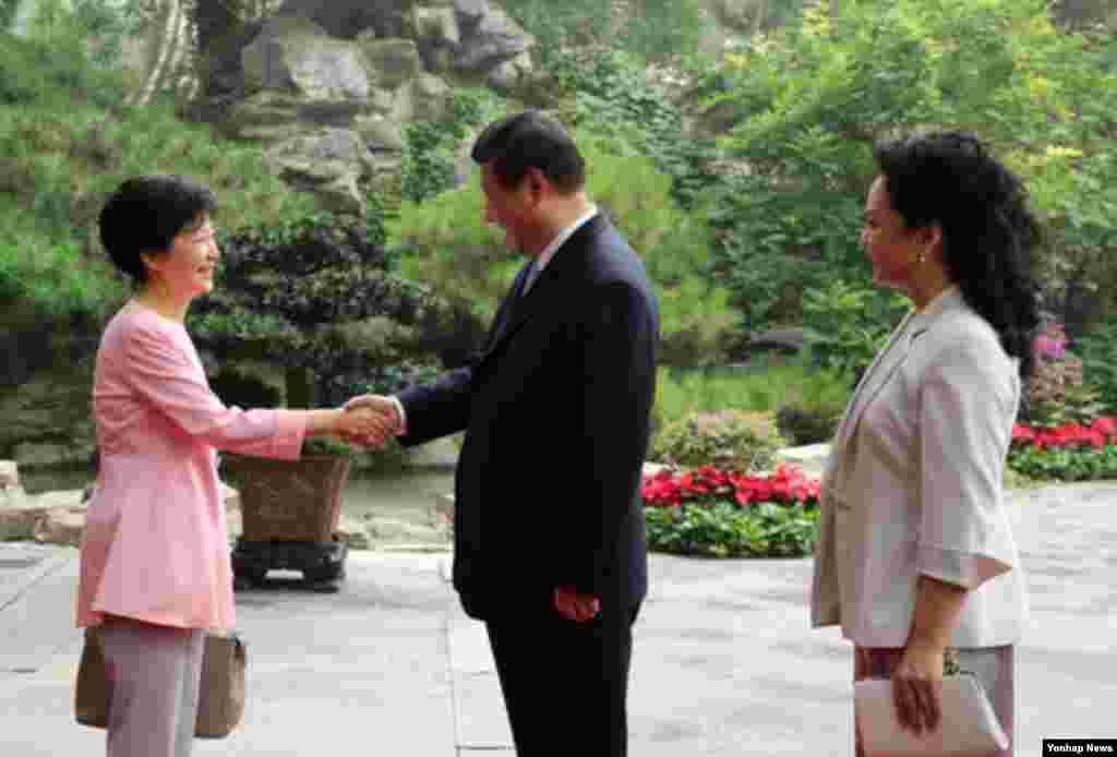 중국을 국빈 방문 중인 박근혜 한국 대통령(왼쪽)이 28일 오후 베이징 댜오위타이에서 시진핑 국가주석과 부인 펑리위안 여사와 오찬을 함께 한 뒤 인사하고 있다.