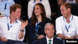 Prince Harry (L) Kate (C) na Prince William (R) wakiwa Glasgow