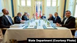 美国国务卿克里、伊朗外长扎里夫及双方各自的团队在伊朗核谈判中(2015年7月2日)